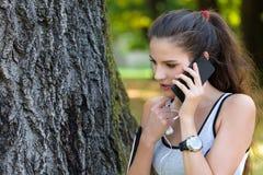 Atleta hermoso Talking de la mujer joven en el teléfono Fotografía de archivo
