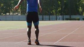 Atleta hispánico activo que hace implacablemente los ejercicios, el estirar, a cámara lenta metrajes