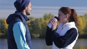 Atleta joven con el café de la mañana para la novia almacen de video