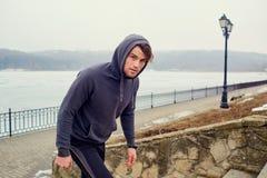 Atleta joven del hombre gay en ropa de deportes en un parque para una sacudida Foto de archivo libre de regalías
