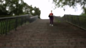 Atleta joven no identificado borroso In Tracksuit almacen de metraje de vídeo