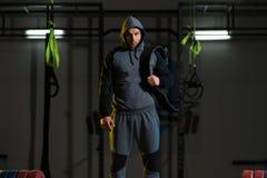 Atleta joven que consigue listo para el entrenamiento del levantamiento de pesas foto de archivo libre de regalías