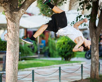Atleta joven que hace la acrobacia extrema al aire libre Fotografía de archivo