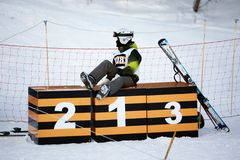 Atleta joven que se reclina sobre el podium Fotos de archivo libres de regalías