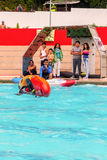 Atleta joven Rolling Under Water con la canoa fotografía de archivo libre de regalías