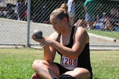 Atleta lanzamiento de peso de sexo femenino Imagen de archivo libre de regalías