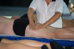 Atleta Leg Muscle Massage después del entrenamiento del deporte Fotografía de archivo libre de regalías