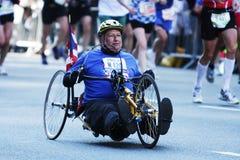 Atleta lisiado en el maratón fotos de archivo