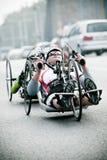 Atleta lisiado en el maratón del Wroclaw Imagen de archivo libre de regalías