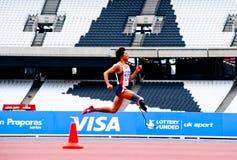 Atleta lisiado que se ejecuta en el estadio 2012 de Londres Imágenes de archivo libres de regalías