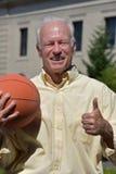 Atleta Male Basketball Coach con i pollici su con pallacanestro fotografia stock libera da diritti