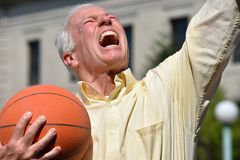 Atleta Male Basketball Coach e vincere fotografia stock libera da diritti