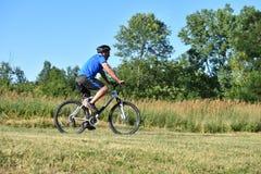 Atleta Male Cyclist Working hacia fuera Biking imagenes de archivo