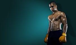 Atleta maschio Boxer Punching fotografia stock libera da diritti