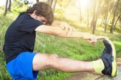 Atleta maschio che fa allungamento Fotografia Stock Libera da Diritti