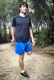 Atleta maschio che fa allungamento Fotografie Stock Libere da Diritti