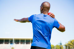 Atleta maschio che prepara gettare palla messa colpo Immagini Stock Libere da Diritti