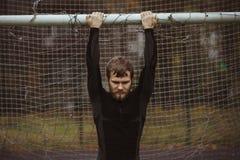Atleta maschio che riposa sul campo di calcio Fotografie Stock Libere da Diritti