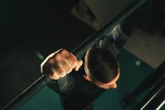 Atleta maschio che risolve nella palestra Immagini Stock Libere da Diritti