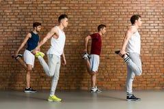 Atleta maschio di fiducia che fa esercizio in palestra Fotografia Stock