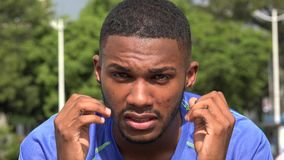 Atleta maschio nero arrabbiato stock footage