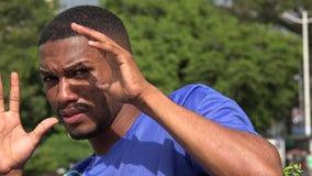 Atleta maschio nero e timore archivi video
