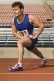 Atleta maschio Stretching In Stadium Fotografie Stock