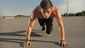 Atleta maschio Workout Outdoors archivi video