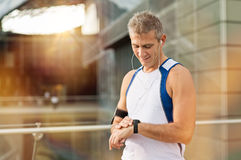 Atleta masculino Looking At Watch Imagem de Stock Royalty Free