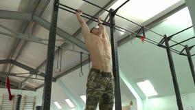Atleta masculino que faz elevadores din?micos do p? video estoque