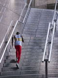 Atleta masculino Running Up Staircase fora imagem de stock royalty free