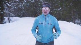 Atleta masculino sobre 30 anos que movimentam-se no inverno vídeos de arquivo