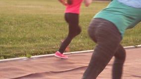 Atleta muçulmano da menina no hijab nos blocos começar, mo lento vídeos de arquivo