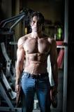 Atleta muscular descamisado que se resuelve en gimnasio Foto de archivo libre de regalías