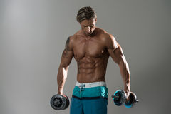 Atleta muscular Standing And Looking do homem para baixo Imagens de Stock