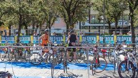 Atleta na área da transição para o teste da bicicleta do começo em Pescara Imagem de Stock