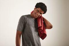 Atleta na camisa cinzenta com toalha vermelha fotos de stock royalty free