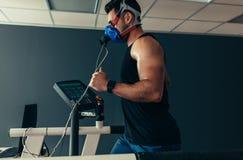 Atleta na escada rolante no laboratório de ciência dos esportes fotografia de stock