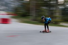 Atleta na rolkowego łyżwiarstwa rolkach, Przez cały kraj narciarstwo zdjęcia stock