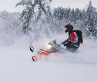 Atleta na snowmobile chodzeniu w zima lesie Zdjęcie Stock