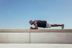 Atleta novo forte que faz o exercício do núcleo imagens de stock royalty free