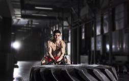 Atleta novo Hitting Wheel Tire com pequeno trenó Crossfit Tra do martelo imagens de stock royalty free