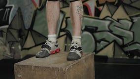 Atleta novo Man Doing um exercício do salto da caixa no crossfit do Gym filme
