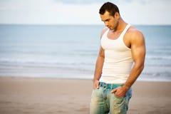 Atleta novo na praia Foto de Stock Royalty Free