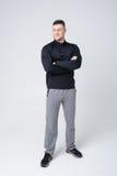 Atleta novo nas calças e no raglan preto Fotos de Stock