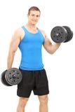 Atleta novo que exercita com barbells Imagem de Stock