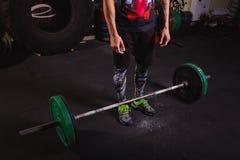 Atleta novo que prepara-se para o treinamento do levantamento de peso fotografia de stock royalty free