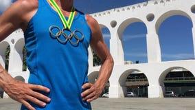 Atleta olímpico Standing Lapa Arches Río de la medalla de oro de los anillos metrajes