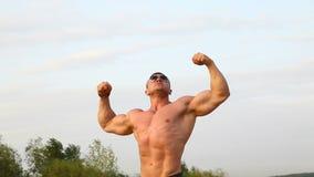 Atleta perfetto di misura nell'ente muscolare di manifestazione del costume da bagno archivi video