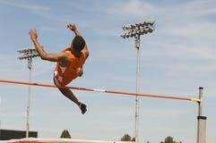 Atleta Performing High Jump Fotografia Stock
